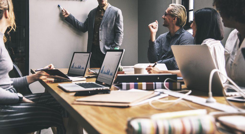reunion entre jefe y trabajadores sobre el registro de jornada laboral
